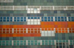 一个门面的瓦片和正方形与repitition颜色的 库存图片