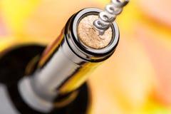 一个闭合的瓶与拔塞螺旋的红葡萄酒 顶视图 库存照片