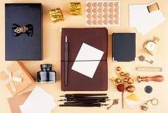 一个闭合的皮革笔记本的盖子有办公用品和圣诞节装饰的 免版税库存照片