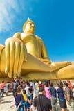 一个队列的佛教徒对泰国的大菩萨 免版税库存照片