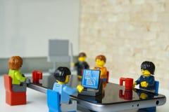 一个队在办公室,在工作者的焦点 库存照片