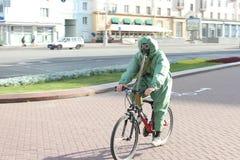 一个防毒面具的人在自行车 免版税库存图片