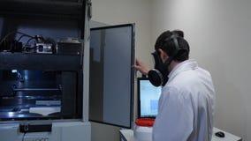 一个防毒面具的男性科学家在实验室 图库摄影
