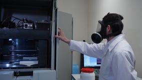 一个防毒面具的男性科学家在实验室 免版税图库摄影