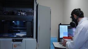 一个防毒面具的男性科学家在实验室 免版税库存图片