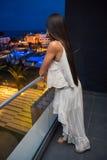 一个阳台的女孩在旅馆里 免版税库存图片