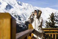 一个阳台的妇女雪的 库存图片