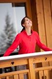 一个阳台的微笑的妇女在冬天 库存图片