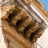 一个阳台,诺托,西西里岛的底部有面孔的 免版税库存图片