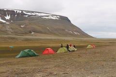 一个阵营的人集合帐篷在朗伊尔城,挪威附近 库存图片