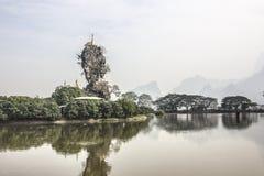 一个陡峭的岩石的小塔 图库摄影