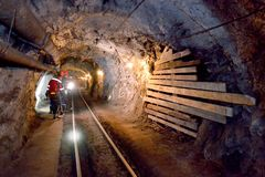 一个隧道在矿,铁被开采 免版税库存图片