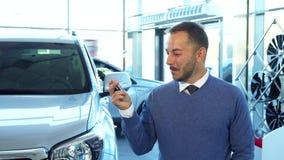 一个难以置信地愉快的买家把握关键到一辆新的汽车 影视素材