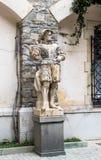 一个雕象在Peles城堡的庭院里在锡纳亚,在罗马尼亚 免版税库存图片