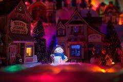 一个雪人的假日精神在圣诞节时间的 圣诞节土地 免版税库存图片