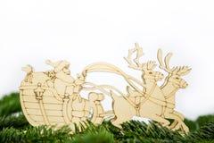 一个雪橇的圣诞老人与驯鹿 免版税库存照片