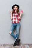 一个震惊女孩的全长画象格子花呢上衣的 免版税库存照片