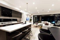 一个露台的走廊通过厨房和用餐 免版税库存图片