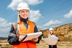 一个露天开采矿的审查员 免版税库存照片