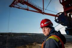 一个露天开采矿的工作者 免版税库存照片