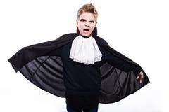 一个青春期前的白种人男孩的画象吸血鬼服装的被隔绝在白色背景 库存图片