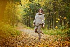 一个非常俏丽,微笑的女孩的画象有长的波浪发的在a 免版税库存照片