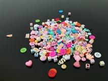 一个非常小五颜六色的玩具形状和字母表用途的特写镜头射击 库存图片