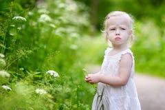 一个非常恼怒的小女孩的画象 库存图片
