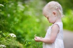 一个非常恼怒的小女孩的画象 免版税库存图片