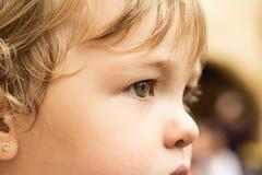 一个非常相当小女孩的特写镜头有非常俏丽的眼睛的 免版税库存图片