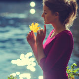 一个非常美丽的女孩的画象有槭树的在秋天离开  图库摄影