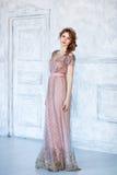 一个非常美丽的肉欲的女孩的画象设计师礼服的是 免版税库存照片