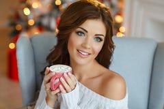 一个非常美丽的迷人的深色的女孩的画象有杯子的 免版税库存图片