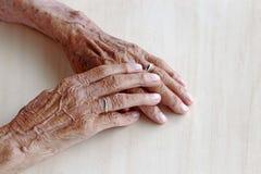 一个非常老妇人的手 库存照片