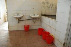 一个非常肮脏的卫生间 免版税图库摄影