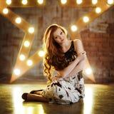 一个非常逗人喜爱的女孩的画象有红色头发的在黑白 免版税图库摄影