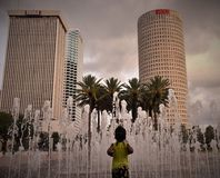 一个非裔美国人的小孩跑往喷泉 免版税库存照片