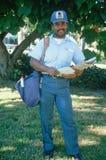 一个非洲裔美国人的邮递员 库存照片