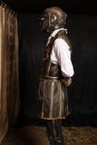 一个面具的人在靠机械装置维持生命的人服装 免版税图库摄影