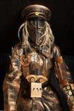 一个面具的人在靠机械装置维持生命的人服装 免版税库存照片