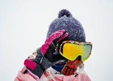 一个面具的女孩雪板运动的 库存图片