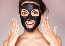 一个面具的年轻美丽的妇女面孔的治疗 免版税库存照片