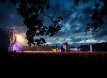 一个音乐会的观众在晚上 免版税库存图片