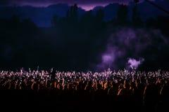 一个音乐会的观众在晚上 免版税库存照片