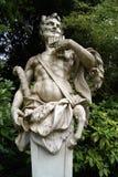 一个音乐家人运载的锅管的雕象 免版税库存照片