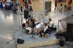 一个音乐马戏团执行在Crosstown广场,孟菲斯,田纳西里面 免版税库存照片