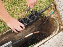 一个顾客连接分支电缆的设施到Multiport里 库存图片