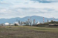 一个领域的化工工厂与多云天空 库存照片