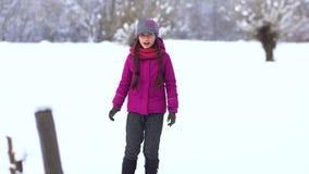 一个领域的美丽的小女孩在雪 股票录像