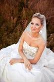 一个领域的美丽的新娘与草 免版税库存图片